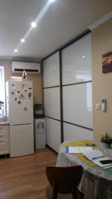Раздвижная перегородка в кухню, матовое стекло (закрытые двери)