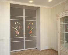 Стеклянные двери с витражным узором