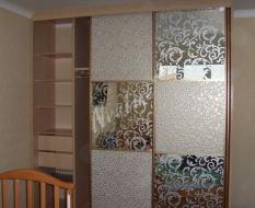 Перегородка с зеркальными и кожаными вставками