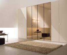 Высокий шкаф с зеркальными дверямии
