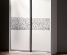 Белые двери с серебристой кожей