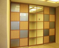 Встроенный шкаф-купе с квадратными вставками