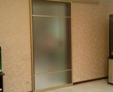 Стеклянная раздвижная дверь в золотом профиле (2)