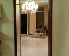 Стеклянная раздвижная дверь в золотом профиле (3)