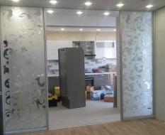 Межкомнатная перегородка на кухню из белого узорчатого стекла (2)