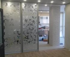 Межкомнатная перегородка на кухню из белого узорчатого стекла (3)