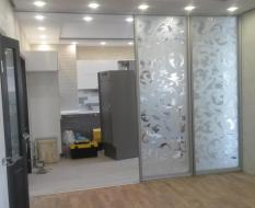 Межкомнатная перегородка на кухню из белого узорчатого стекла (4)