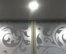 Межкомнатная перегородка на кухню из белого узорчатого стекла (5)