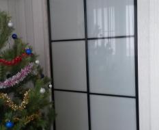 Перегородка комната-кухня из белого стекла (1)