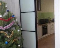 Перегородка комната-кухня из белого стекла (2)
