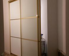 Раздвижная перегородка из матового стекла в золотом профиле (4)