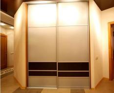 Встроенная гардеробная с дверями купе