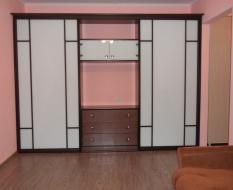 Белый встроенный шкаф