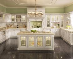 Белая кухня барокко с островом