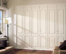 Белые классические шкафы с фрезеровками