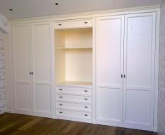 Классический белый шкаф с комодом и TV