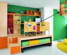 Разноцветная мебель в детскую