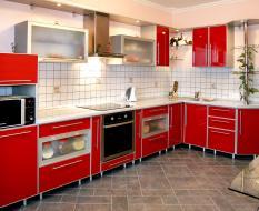 Красная кухня без цоколя на заказ