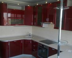 Темно красная кухня со стойкой