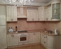 Белая угловая кухня из массива