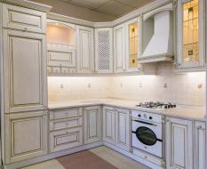 Угловая кухня из массива с подсветкой