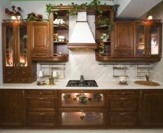 Оригинальный кухонный гарнитур из массива дерева