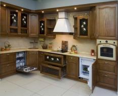 Кухня из массива с встроенной техникой