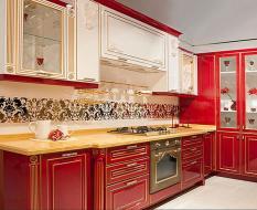 Красно-белая кухня из массива