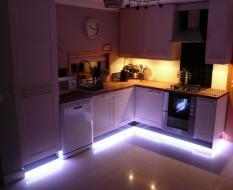 Фиолетовая кухня с подсветкой цоколя