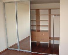 Глубокий встроенный шкаф